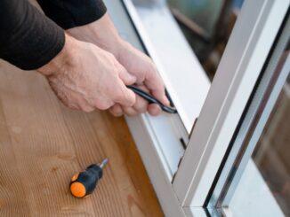 Z jakich materiałów produkuje się okna? To, z jakiego materiału będą wybrane przez Ciebie okna, ma ogromne znaczenie. W końcu nie chodzi tu tylko o estetykę, czy wykończenie elewacji, ale również istotne parametry, takie jak termoizolacyjność, dźwiękoszczelność, czy odporność na warunki atmosferyczne. Wyróżniamy następujące rodzaje materiałów do produkcji okien: aluminium, drewno, polichlorek winylu (PVC). Opowiemy Ci teraz co nieco o każdym z tych rodzajów materiałów. Aluminium to najtrwalszy z materiałów, jaki jest używany do produkcji ram okiennych. Wykazuje odporność na wpływ czynników atmosferycznych, dzięki czemu prezentuje najwyższy design przez długie lata. Odporny jest również na uszkodzenia mechaniczne. Do tego nie wymaga konserwacji. Aluminium możemy spotkać w wersjach kolorystycznych: pomalowane proszkowo lub wykończone folią imitującą drewno. Doskonale sprawdza się do domów z dużymi przeszkleniami. W połączeniu z wysokiej jakości antywłamaniowymi zabezpieczeniami stanowi barierę niemal nie do przejścia dla nawet najbardziej zuchwałych włamywaczy. Drewno najczęściej używane jest do produkcji okien o dużych przeszkleniach. Wszystko za sprawą sztywności tego materiału. Najpopularniejszymi gatunkami drewna są: sosnowe, dębowe, świerkowe oraz mahoń. Materiał ten dobrze sprawdza się przy oknach o niestandardowych kształtach, np. łukowych. Warto jednak zaznaczyć, że profile wykonane z drewna wymagają odnowienia co 2-5 lat od strony zewnętrznej. Z tego względu często wykonuje się profile łączone (drewniane od strony wewnętrznej i aluminiowe od strony zewnętrznej budynku). PVC to materiał, z którego tworzy się okna w przystępniejszych cenach. Doskonale sprawdza się do wyposażenia domu z większą liczbą pomieszczeń. Dodatkowo PVC posiada wysokie właściwości termoizolacyjne. Materiał ten dedykowany jest jednak do okien o standardowych rozmiarach, ponieważ nie sprawdza się przy większych przeszkleniach. Dzieje się tak, bo PVC jest materiałem elastycznym, zdecydowani
